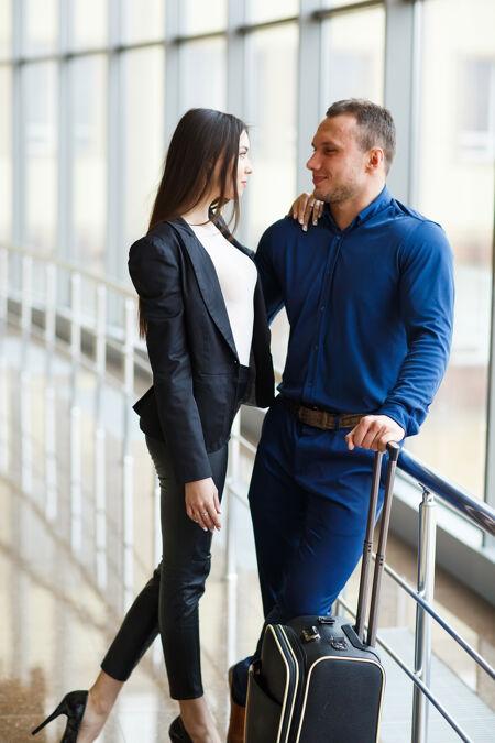 恋爱中的情侣假期情侣站在机场