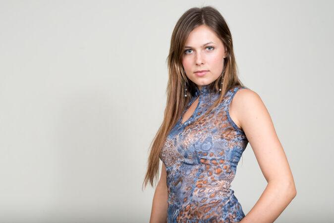年轻漂亮的女人 棕色头发映衬着白色的空间