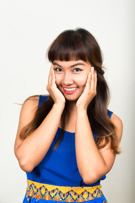年轻漂亮的亚洲女人对抗白色空间