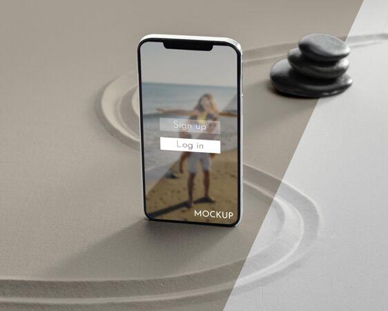 智能手机显示模型在沙滩上