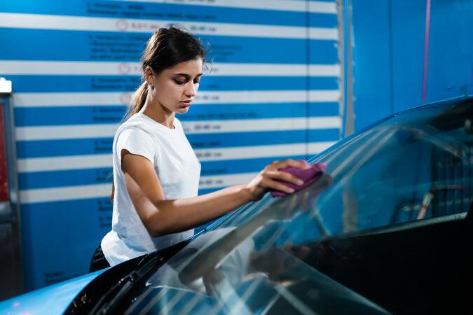 一个年轻女人在洗车的镜头
