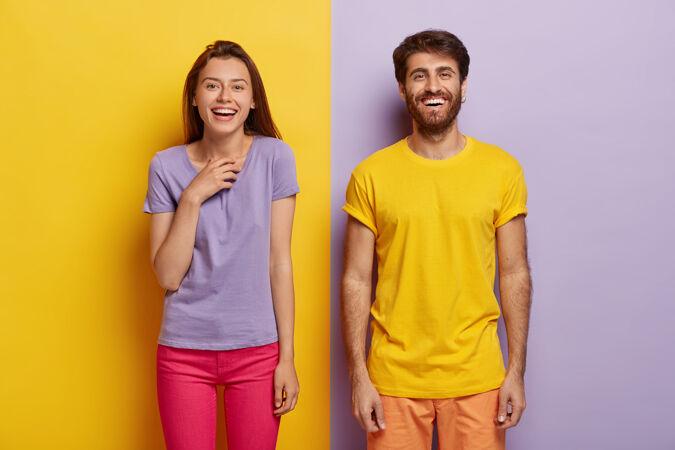 照片中两个快乐的年轻女子和男子站在一起 表达美好的情感 开心地微笑